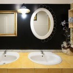 Il bagno è stato rinnovato ponendo un pannello lavagna sulle vecchie mattonelle preesistenti
