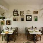 la sala del ristorante è arredata in modo caldo ed informale con oggetti di recupero