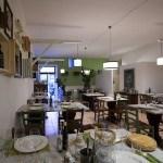 vista d'insieme del ristorante caratterizzato dalle grandi staffe di legno che sostengono i lampadari